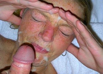 Ruft einen Mund voll Sperma